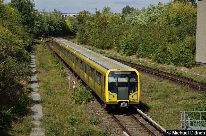 5042 erreicht gleich den Bahnhof Kienberg.
