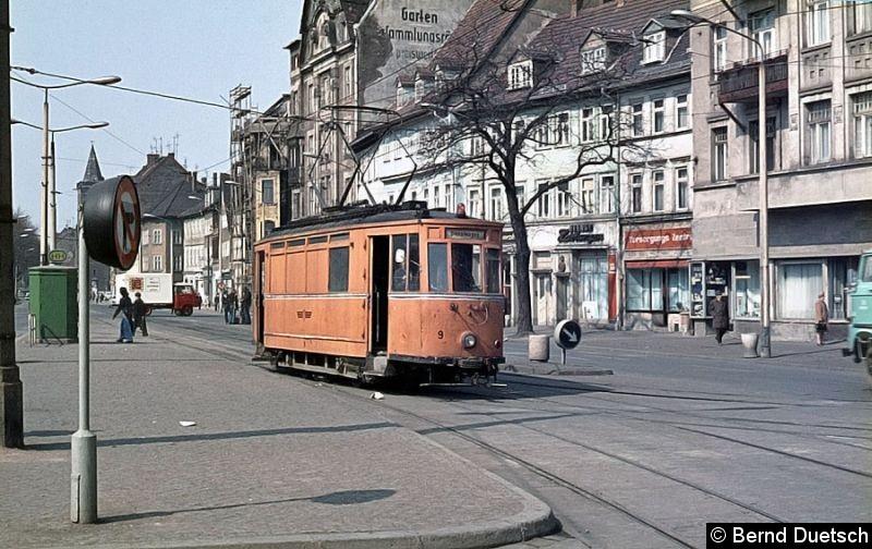 Bild: Auch als Arbeitsfahrzeuge waren einige Vorkriegswagen im Einsatz.  Hier biegt ATw 9 vom Domplatz in die Marktstraße ein. Leider konnte ich nicht herausfinden, welche Ursprungsnummer dieser Triebwagen aufwies.