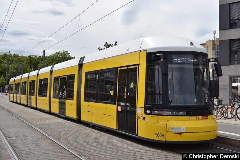 TW 9009 als M10 in Richtung Hauptbahnhof, beim Fahrgastwechsel an der Haltestelle S-Nordbahnhof.