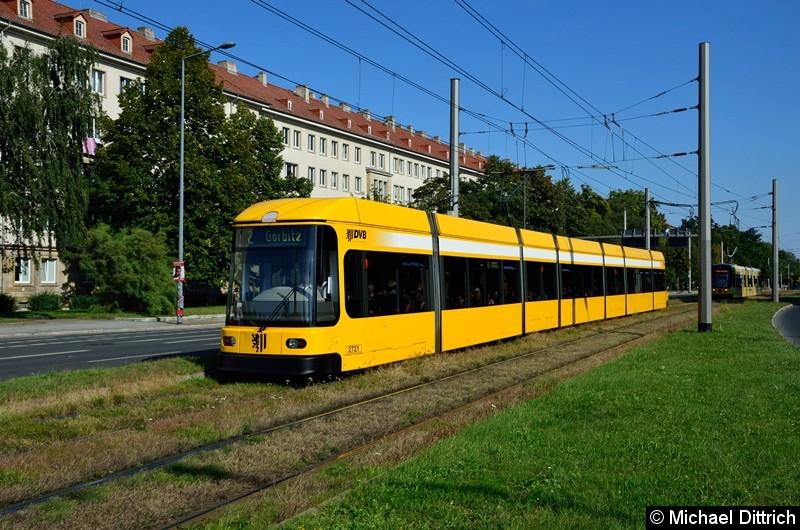 2721 als Linie 2 in der Grunaer Straße zwischen den Haltestellen Deutsches Hygiene-Museum und Pirnaischer Platz.