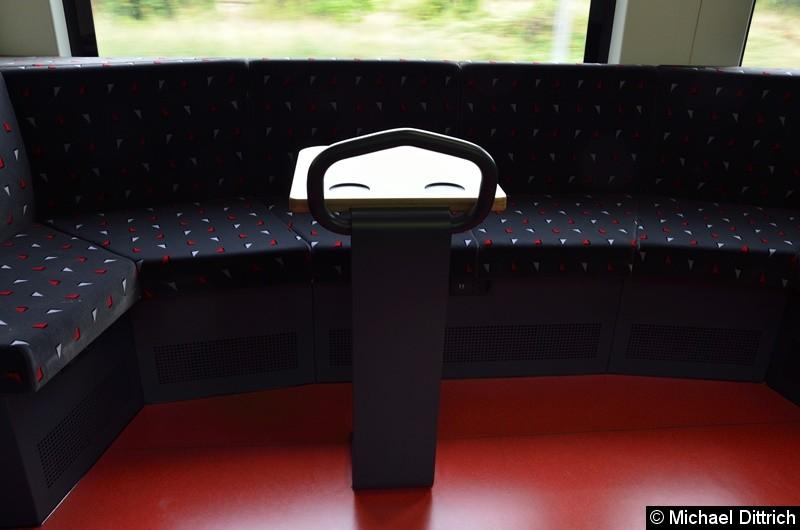Bild: Wenn man genau hinsieht, dann erkennt man die unterschiedlichen Anschlüsse unter der Sitzbank: Einmal gewöhnliche Steckdose und zwei mal USB-Anschluss.