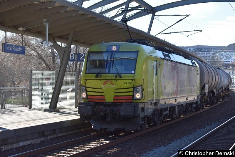 193 551 mit ein Kesselzug bei der Durchfahrt in Jena-Paradies.