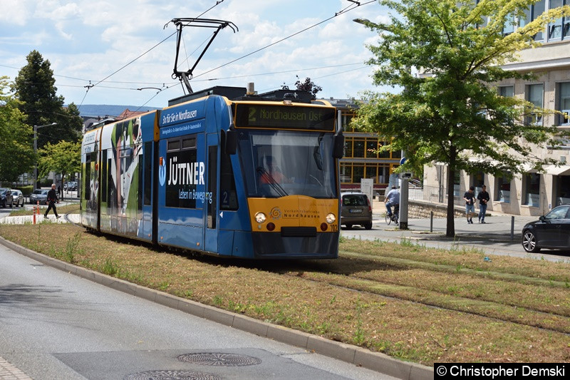 Combino Basic TW 102 als Linie 2 zwischen den Haltestellen Nordbrand und Rathaus/Kornmarkt.