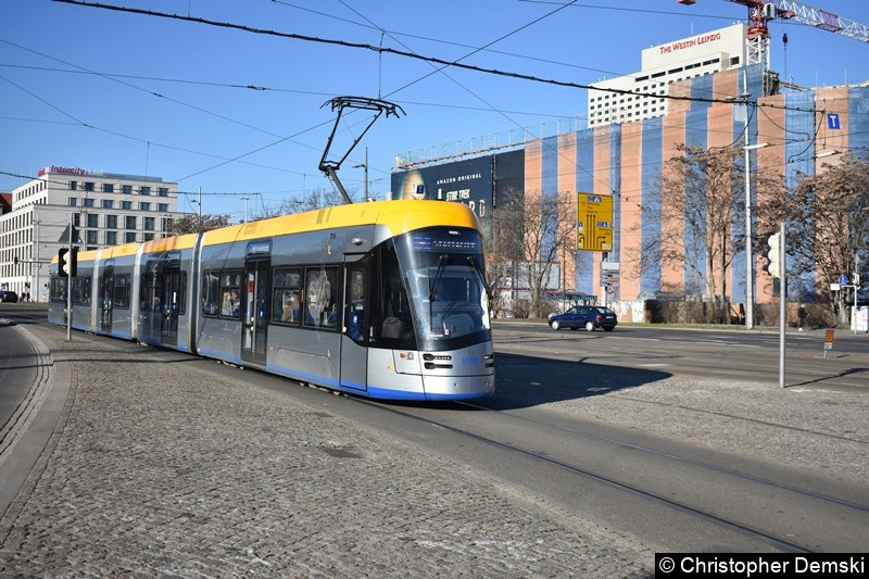 TW 1015 als Linie 4 kurz vor der Haltestelle Hauptbahnhof.