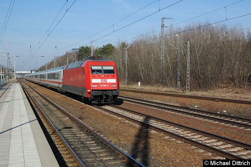 Bild: 101 082 mit dem IC 2207 bei der Durchfahrt in Ludwigsfelde.