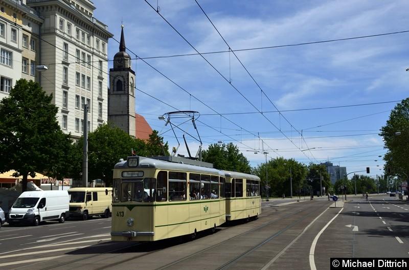 Der historische Triebwagen 413 und sein Beiwagen 509 haben die Hartstraße verlassen und begeben sich auf die Reise zum Herrenkrug.
