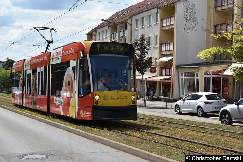 Combino Advanced TW 107 als Linie 1 zwischen den Haltestellen Nordbrand und Rathaus/Kornmarkt.