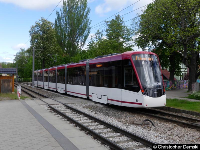 TW 801 bei der Einfahrt in die Haltestelle Melchendorf.