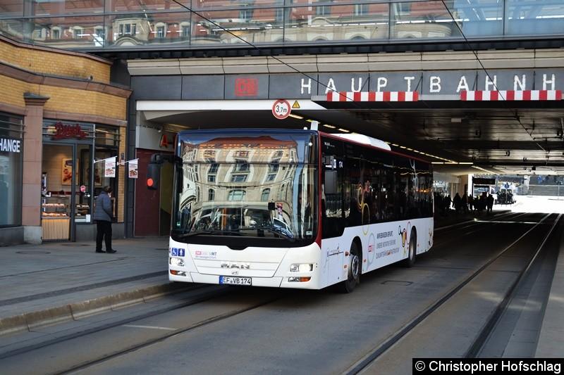 Wagen 174 als Linie 60 nach Möbisburg, beim Verlassen der Haltestelle Hauptbahnhof.