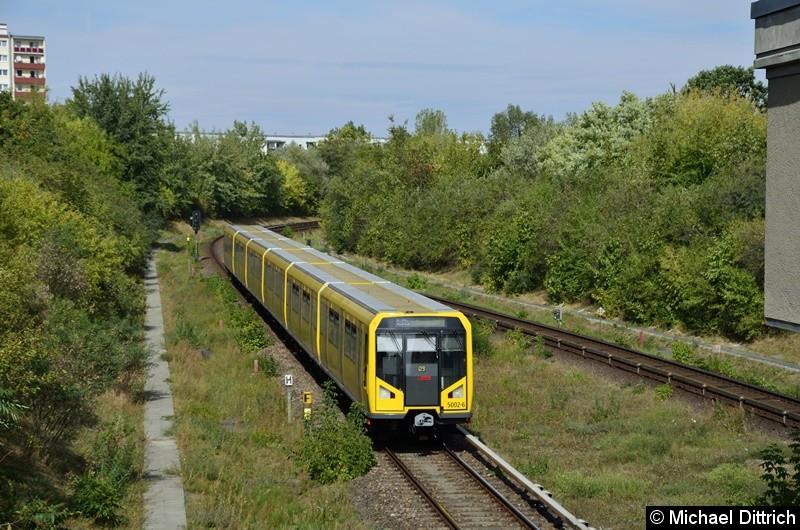 5002 erreicht gleich den Bahnhof Kienberg.