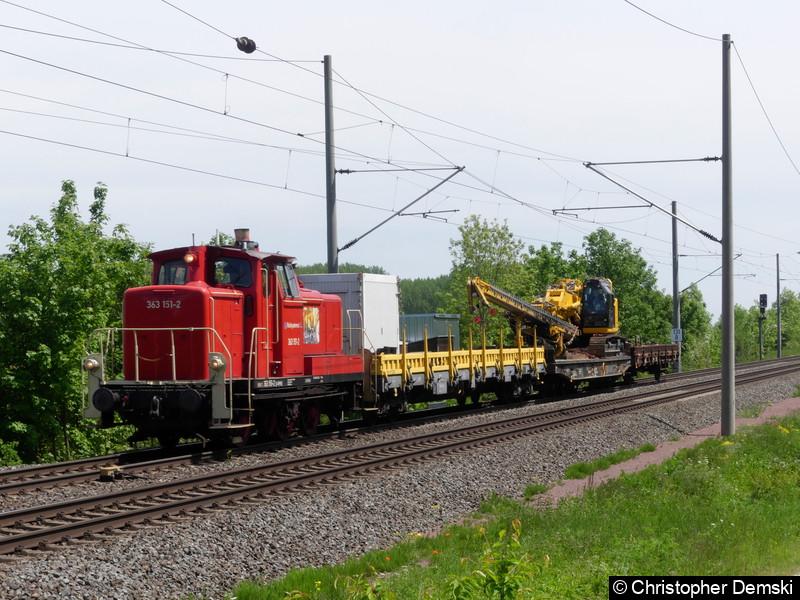 363 151-2 mit einen Bauzug bei Seebergen in Richtung Gotha.