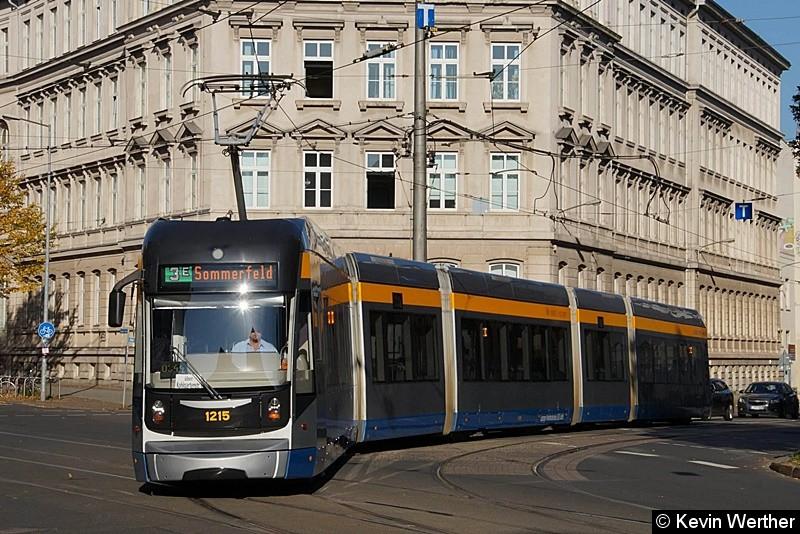 TW 1215 als Linie 3E nach Sommerfeld biegt von der Kohlgartenstr. in die Dresdner Straße ab .