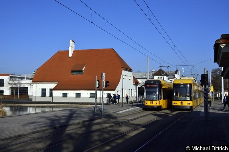 2827 begegnet an der Haltestelle Messe dem 2713. 2827 fährt als Linie 20, 2713 als Linie 10.