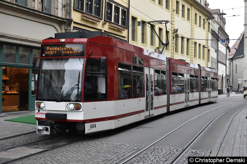 TW 604 auf der Pendellinie Domplatz -Anger wegen Bauarbeiten am Angerkreuz. Wartet hier auf seine Abfahrt zum Anger an der Ersatzhaltestelle Domplatz.