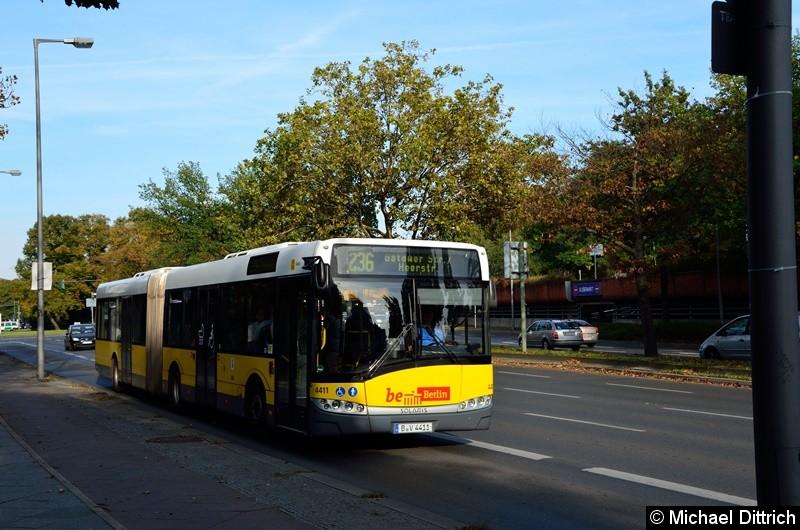 4411 als Linie 236 auf dem Altstädter Ring in Richtung Rathaus Spandau.