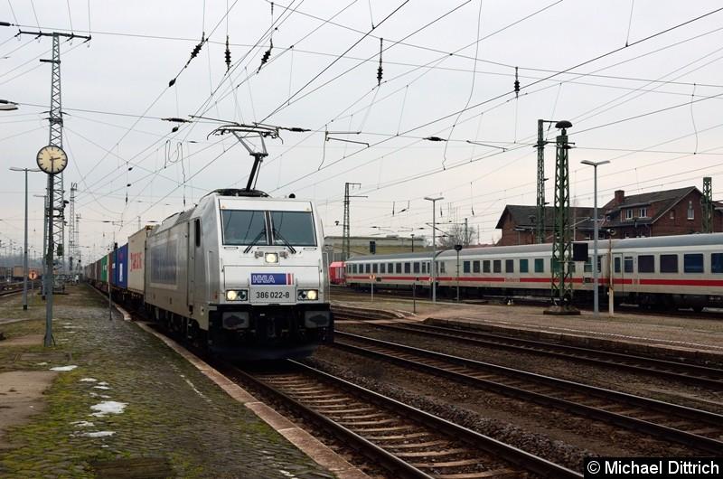 386 022-8 erreicht gerade die Bahnsteigkante des Bahnhofs Stendal um seine Reise in Richtung Magdeburg fortzusetzen.