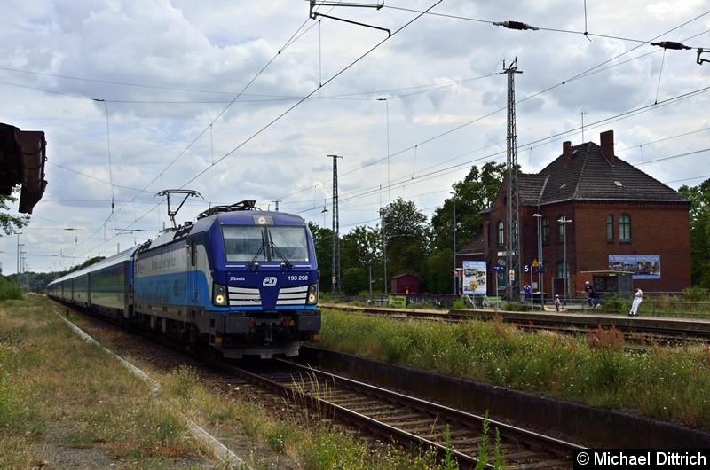 193 398 durchfährt hier mit dem EC 378 den Bahnhof Zossen.