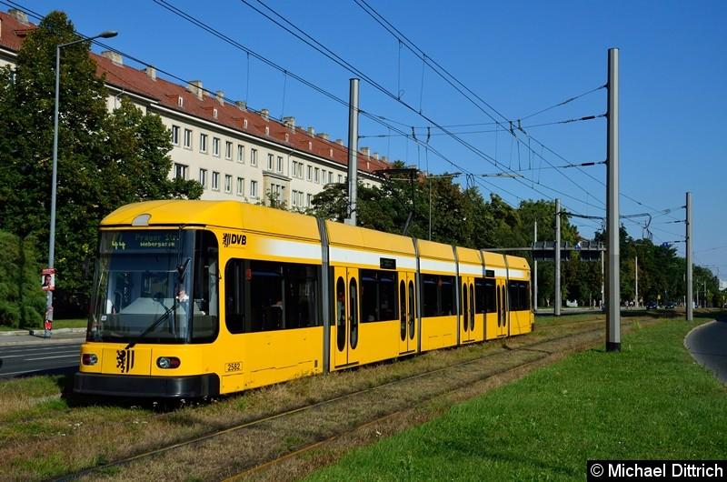 2582 als Linie 44 in der Grunaer Straße zwischen den Haltestellen Deutsches Hygiene-Museum und Pirnaischer Platz.