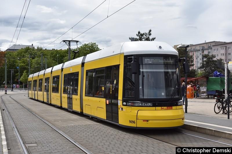 TW 9096 als Linie M10 an der Haltestelle S-Nordbahnhof beim Fahrgastwechsel.