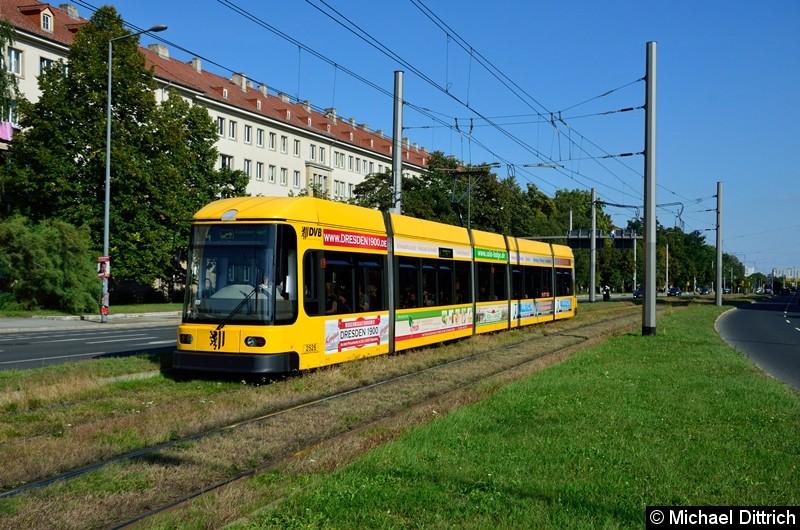 2526 als Linie 4 in der Grunaer Straße zwischen den Haltestellen Deutsches Hygiene-Museum und Pirnaischer Platz.