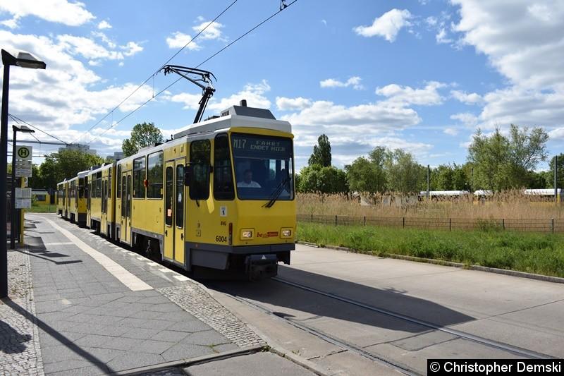 TW 6004+6041 als Linie M17 an der Endstelle Falkenberg.