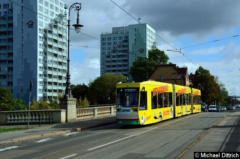 Wagen 1370 überquert als Linie 4 die Zollelbe.