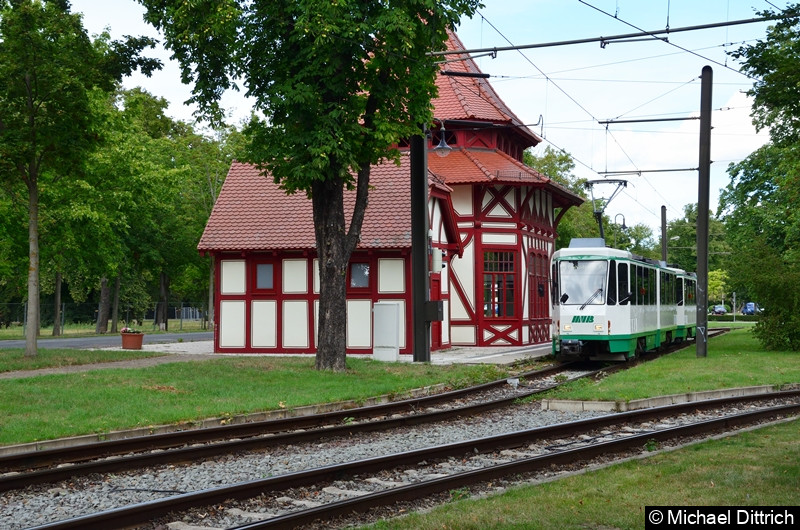 Licht an und los geht es. 1288 und 1289 in der Haltestelle Herrenkrug bei der Abfahrt.