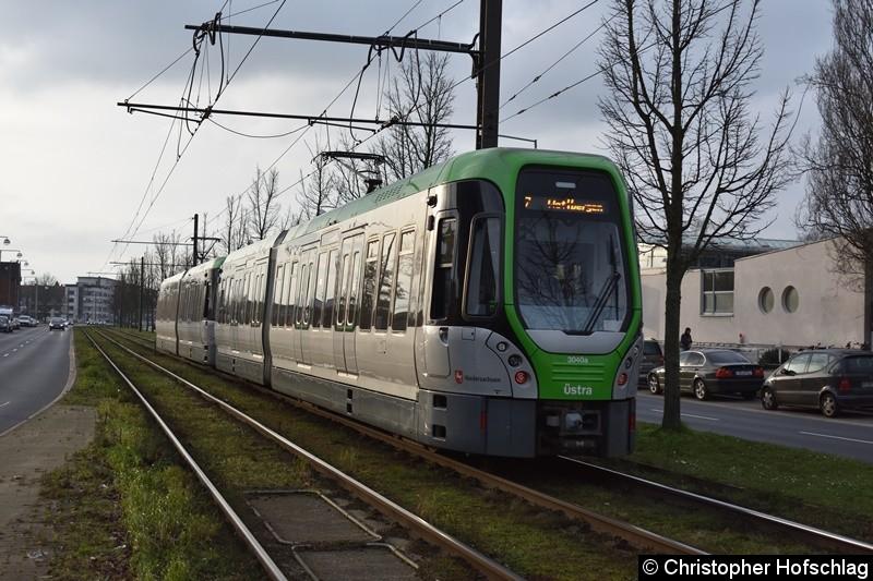 TW 3040+3013 als Linie 7 zwischen den Haltestellen Noltemeyerbrücke und Klingerstraße.
