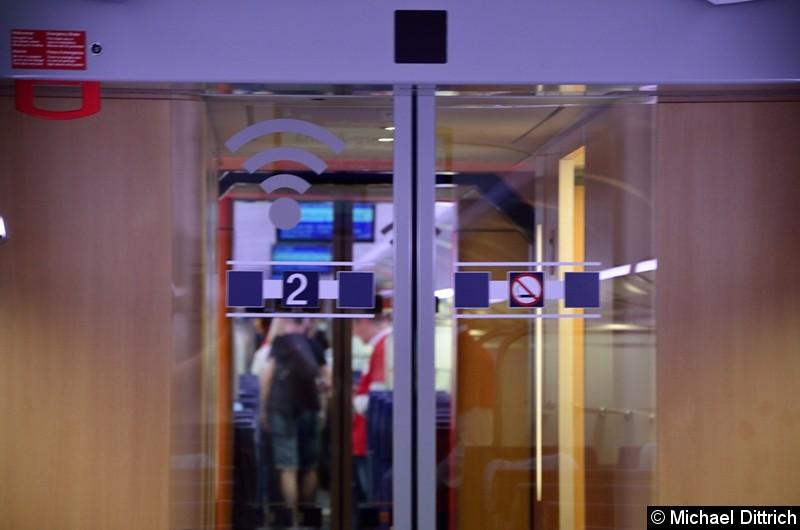 Auffallend groß ist das WLAN Symbol an den Türen.