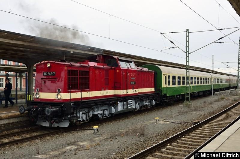 112 565-7 wird vom abgekuppelt und fährt erst einmal zum Tanken.