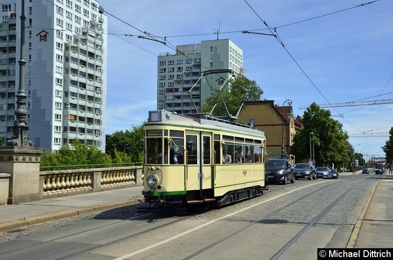 Der historische Triebwagen 70 überquert die Zollbrücke.