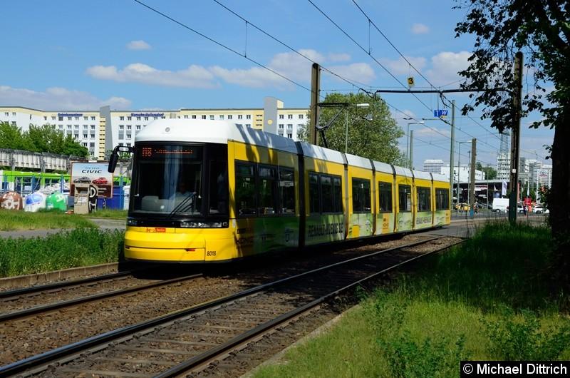 8018 als Linie M8 hinter der Haltestelle Allee der Kosmonauten/Rhinstraße.