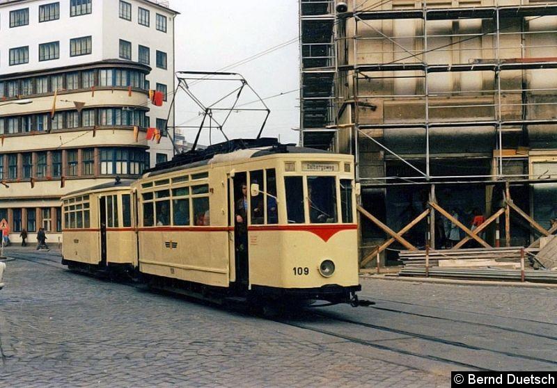 Bild: Tw 109 (Serie 106 - 111, 1943 von der Waggonfabrik in Gotha gebaut) biegt mit seinem Beiwagen von der Johannesstraße auf denAnger ein.