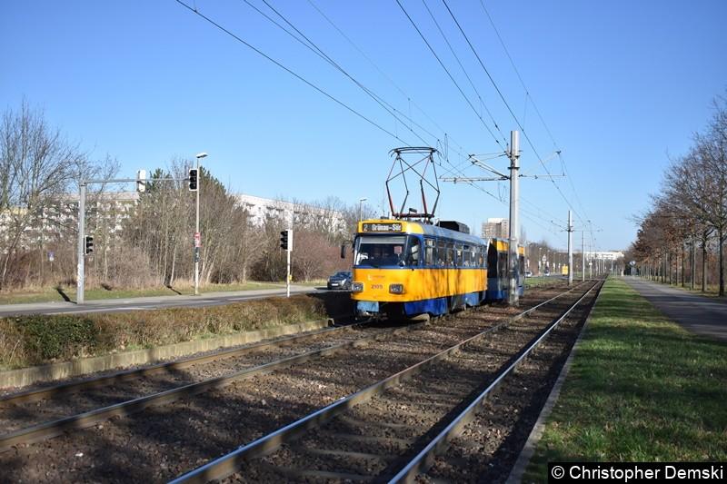 TW 2105+912 als Linie 2 kurz vor der Haltestelle Ratzelbogen