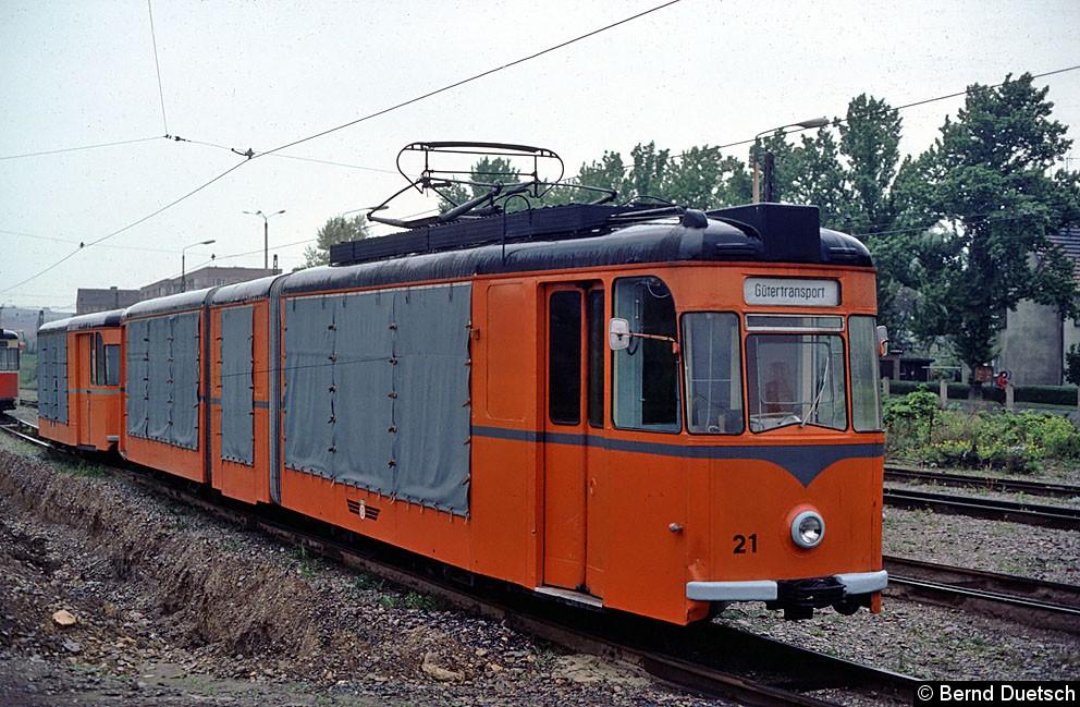 Auch einige andere Straßenbahnfahrzeuge wurden an diesem Tag abgelichtet. Hier ist ein im Jahr 1982 wieder in Betrieb genommener Güter-  Straßenbahnzug im Betriebshofgelände zu sehen. Güter-Tw 21 ist aus dem Gotha-Gelenkwagen 185 entstanden.