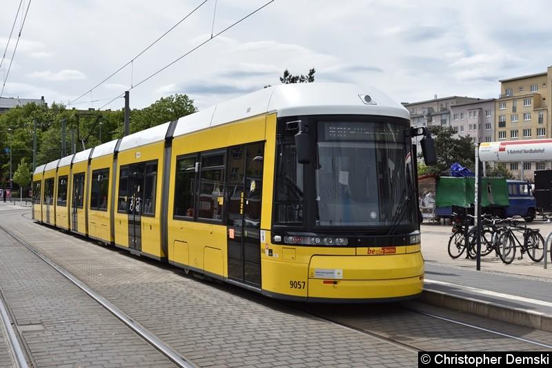 TW 9057 als M10 am Nordbahnhof beim Fahrgastwechsel.