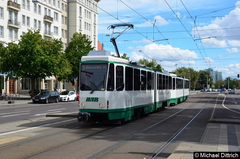 Magdeburgs neuesten Straßenbahnen: Tatra KT4D aus Berlin. Hier erreicht die Traktion 1288 und 1289 in Kürze die Haltestelle Alter Markt.