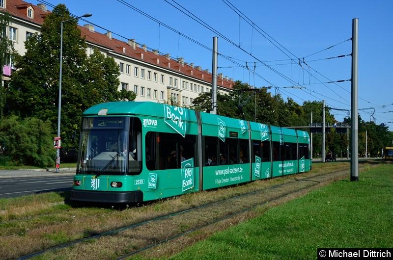 2539 als Linie 4 in der Grunaer Straße zwischen den Haltestellen Deutsches Hygiene-Museum und Pirnaischer Platz.