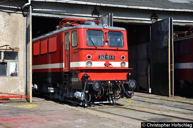 BR 242 151-9 vor den Lokschuppen in BW Weimar.