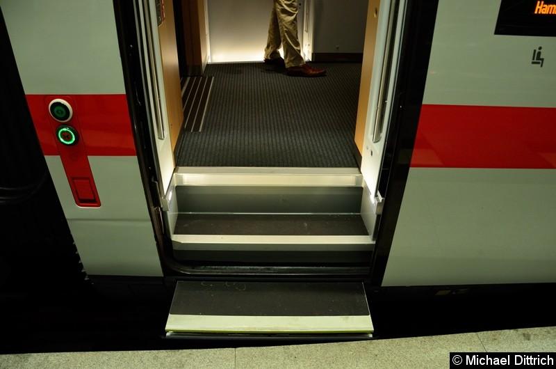 Blick auf den Einstieg mit einem Hublift. Dieser kann für alle gängigen Bahnsteige eingesetzt werden.