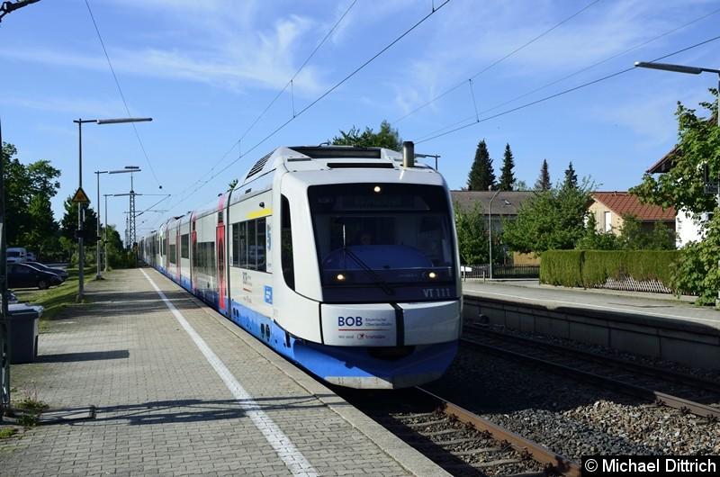 VT 111 der BOB auf dem Weg in Richtung Holzkirchen in Otterfing. Der Zug wird in Holzkirchen geteilt.