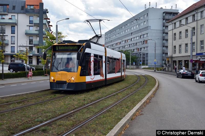 Combino Basic 101 als Linie 1 zwischen den Haltestellen Theaterplatz und Rathaus/Kornmarkt.