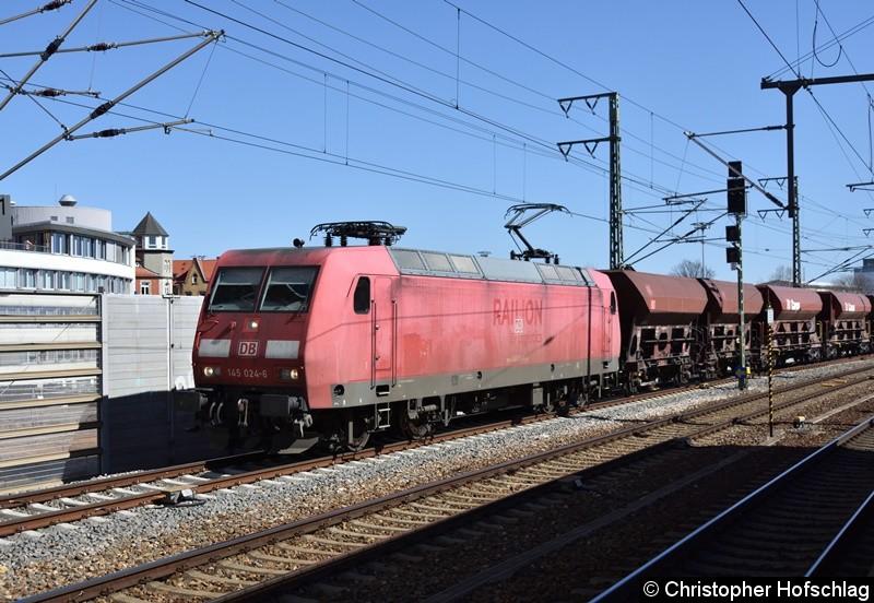 145 024-6 erreicht mit einem Güterzug den Hauptbahnhof in Erfurt.