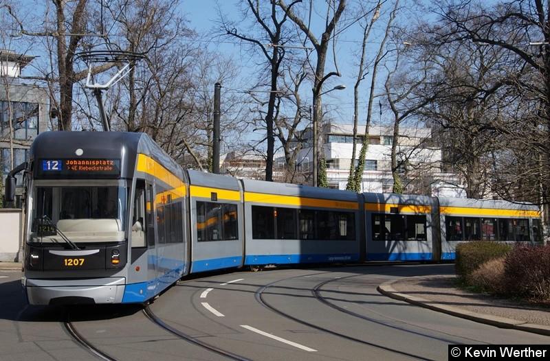 TW 1207 als Linie 12 Johannisplatz/ 4E Riebeckstraße passiert die Kurve Lützow-/Gohliser Str.