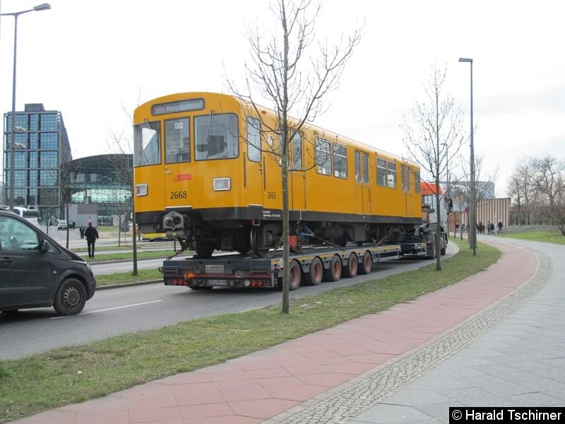 Bild: Einen Tag später holte man den 2668 aus dem Tunnel der U55. Auch dieser wurde nach Britz gebracht.