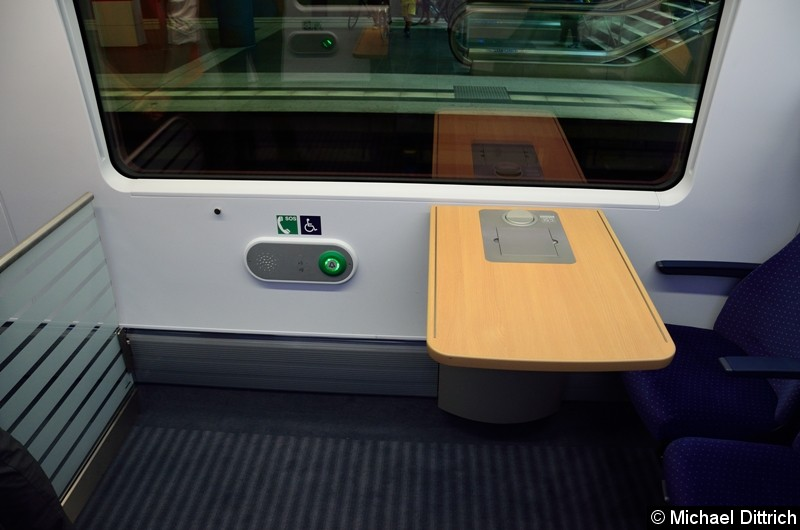 Einer der vier Rollstuhlplätze in dem Zug. Der Tisch ist höhenverstellbar.