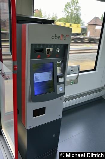 Bild: Natürlich darf der Fahrkartenautomat im Zug nicht fehlen.