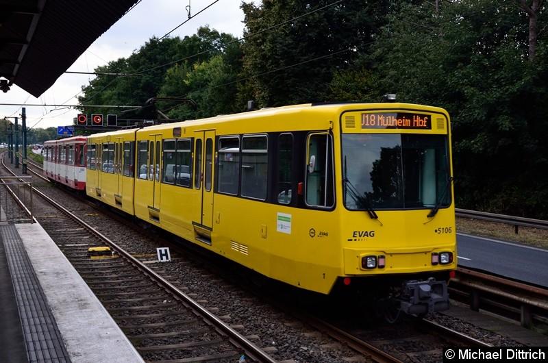 5128 + 5106 als Linie U18 auf dem Weg nach Mülheim Hbf. kurz hinter der Haltestelle Rosendeller Straße.